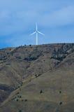 Enige windturbine die op een heuvel wordt gecentreerd Stock Afbeelding