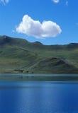Enige wolk boven blauw meer Stock Foto's