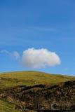 Enige wolk over heuvel dichtbij Croasdale stock afbeeldingen