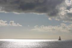 Enige zeilboot Royalty-vrije Stock Fotografie