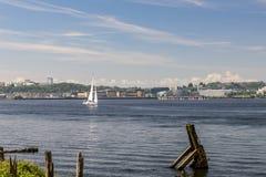 Enige zeilboot, die op de Baai van Cardiff, op een duidelijke de zomersochtend varen stock foto
