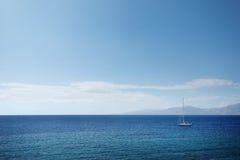 Enige Zeilboot op Blauw Royalty-vrije Stock Foto