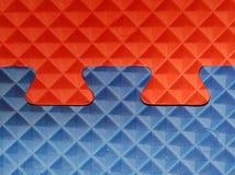 Enigma azul e vermelho com figuras 3d geométricas Foto de Stock