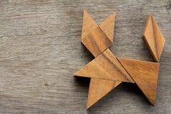 Enigma chinês do tangram na forma do gato no fundo de madeira foto de stock royalty free
