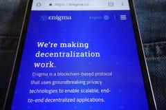 Enigma-cryptocurrencywebsite op smartphone wordt getoond in jeanszak die wordt verborgen royalty-vrije stock afbeelding