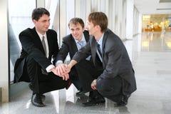 Enigma de Businessteam com mãos imagens de stock royalty free