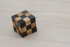 Enigma de madeira em um assoalho claro do pinho imagens de stock