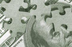 Enigma de serra de vaivém e notas de dólar dos EUA Fotografia de Stock Royalty Free
