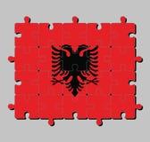 Enigma de serra de vaivém da bandeira de Albânia em um campo vermelho com a águia dobro-dirigida preta no centro ilustração stock