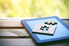 Enigma de serra de vaivém de madeira com tablet pc Imagens de Stock