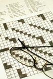 Enigma e vidros de palavras cruzadas foto de stock royalty free