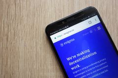 Enigma ENGELSK cryptocurrencywebsite som visas på den Huawei Y6 smartphonen 2018 arkivbild