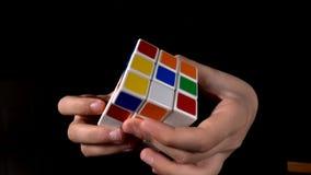 Enigma m?gico do cubo de Rubik vídeos de arquivo