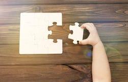 enigmas parte do enigma à disposição em um fundo de madeira Fotografia de Stock