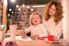 Enigmatical żeńska osoba patrzeje jej małej córki zdjęcie royalty free