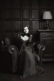 Enigmatical kvinna i hemmiljö i bw Royaltyfri Fotografi