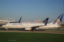 Enigt Boeing 737 flygplan som beskattar på O'Hare den internationella flygplatsen i Chicago Royaltyfri Bild
