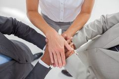 Enigt lag som upp tillsammans traver deras händer royaltyfri foto