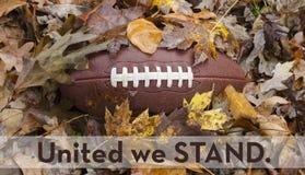 Enigt står vi för nationalsången på fotbollleken arkivfoton