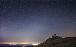 Enisala fästning vid natt, stjärnklar himmel, synlig Vintergatangalax, klar himmel, lång exponering Royaltyfria Bilder