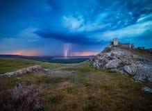 Enisala-Festung und donnert bei Sonnenuntergang, Dobrogea, Rumänien Stockfoto