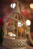 enjaule la Navidad romántica de las luces del bokeh de la boda de las flores de los tulipanes de las perlas del birdcage Imágenes de archivo libres de regalías