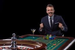 Enjeux de joueur jouant à la table de roulette Divertissement risqué du jeu photos stock