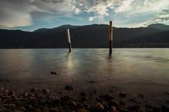 Enjeux en bois dans l'eau du lac photographie stock libre de droits
