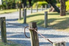 Enjeux en bois enfermant un chemin Image libre de droits