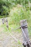 Enjeux en bois par la rivière image stock