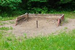 Enjeux en fer à cheval dans un secteur de bac à sable photos libres de droits