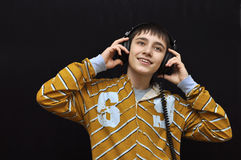 enjoing μουσική αγοριών στοκ φωτογραφία με δικαίωμα ελεύθερης χρήσης