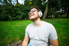 Enjoing μουσική ατόμων στο πάρκο Στοκ Φωτογραφίες
