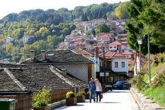 enjoing他们的假期的游人在Metsovo村庄 免版税库存照片
