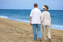 Enjoing mûr romantique de couples extérieur Photographie stock