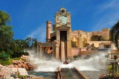 Enjoing resa för folk till den Atlantis vattenritten på Seaworld arkivfoton