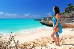 Enjoing Sonnenfeiertage der Frau am Strand Stockbild