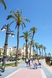 enjoiying他们的假期的游人在沿海岸区 免版税图库摄影