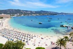 enjoiying他们的在海滩的游人假期 免版税库存图片