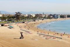 enjoiying他们的在海滩的游人假期 免版税图库摄影