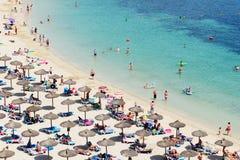 enjoiying他们的在海滩的游人假期 库存图片