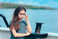 Enjoo de sofrimento da mulher doente do mar quando no barco fotos de stock royalty free