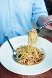 Enjoy que come os espaguetes com foco seletivo Foto de Stock