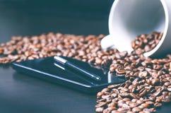 enjoy Stylus pióro na mądrze telefonie surowym kawowym tle i Energia surowa fasoli kawa zebrać Naturalny tło Lif Obrazy Stock