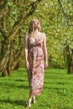 Портрет чувственного усмехаясь белокурого леса дамы Enjoying весной Стоковые Изображения