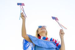 Enjoying The modelo louro patriótico lindo 4o julho Festivi Fotografia de Stock