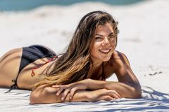 Enjoying modelo moreno hispánico Sunny Day At The Beach imagenes de archivo