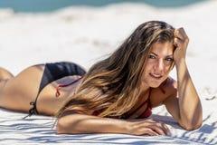 Enjoying modelo moreno hispánico Sunny Day At The Beach fotografía de archivo libre de regalías
