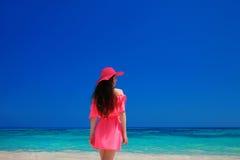 Enjoyng женщины брюнет на тропическом пляже Привлекательная девушка в красном цвете Стоковое фото RF