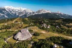 Enjoyng die Ansicht des grünen Grases und der hutts auf velika planina stockfoto